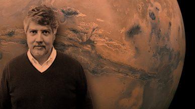 Pedro Machado, do IA e da FCUL, com Marte em imagem de fundo.