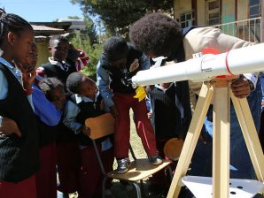 Crianças na Etiópia durante o evento 100 Horas de Astronomia.