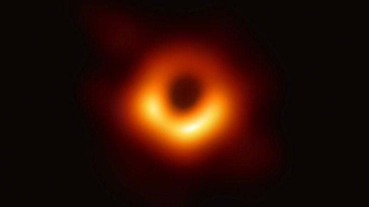 A primeira imagem de um buraco negro super-massivo foi obtida pelo projeto internacional Event Horizon Telescope