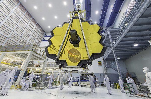 Espelho e estrutura do futuro telescópio espacial James Webb.