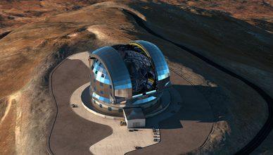 Imagem artística de uma vista aérea do E-ELT, no topo do Cerro Armazones (Chile). Crédito: ESO/L. Calçada