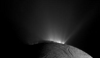 Géiseres em Enceladus, vistos pela sonda Cassini