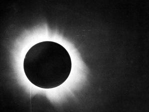 Uma das fotografias do eclipse de 1919, obtida por Arthur Eddington