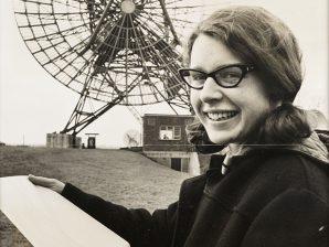 Jocelyn Bell fotografada em 1968