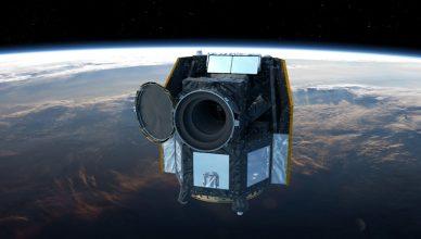 Imagem artística do CHEOPS em órbita da Terra.