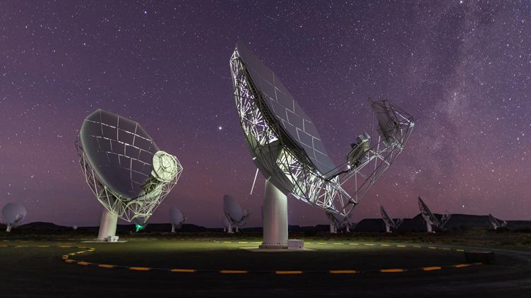 Antenas do radiotelescópio MeerKAT, na região semi-desértica de Karoo, na África do Sul.