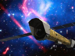 Conceção artística do telescópio de raios X Athena, com o enxame de galáxias MACS J0717, a 5,4 mil milhões de anos-luz, em fundo.