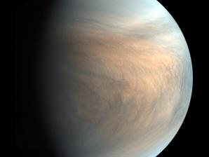 Esta imagem mostra o aspeto da atmosfera de Vénus ao nível das nuvens, a cerca de 50 quilómetros de altitude, muito abaixo da alta mesosfera e termosfera, onde não existem nuvens.