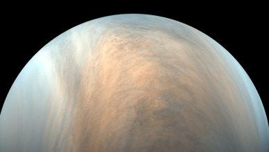 Esta imagem mostra o aspeto da atmosfera de Vénus ao nível das nuvens, entre 50 e 70 quilómetros de altitude, muito abaixo da alta mesosfera e termosfera, onde não existem nuvens.